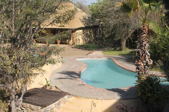 Kambaku Safari Lodge: Pool and sundeck