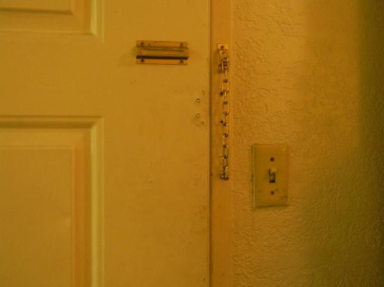 Mi Casa Inn & Suites: Дверь в комнате