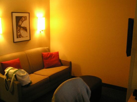 Cambria hotel & suites Indianapolis Airport: Livingroom