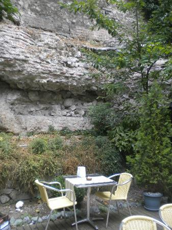 Hotel Sphendon: unique ancient wall by the patio
