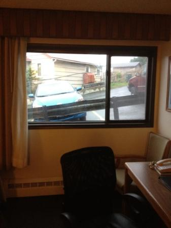 BEST WESTERN Kodiak Inn and Convention Center: room view into parking lot