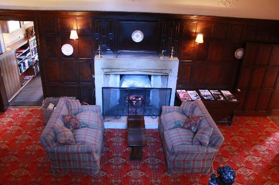Isle of Eriska Hotel, Spa & Golf: The hallway and roaring log fire 