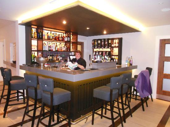 Marine Links Hotel: The lobby bar