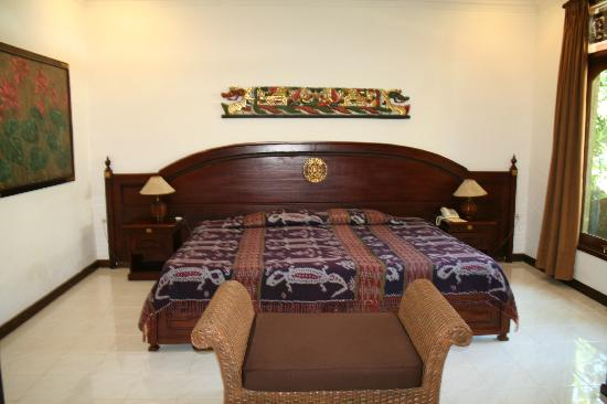 Tamukami Hotel: Bungalow suite - with the offending bed!