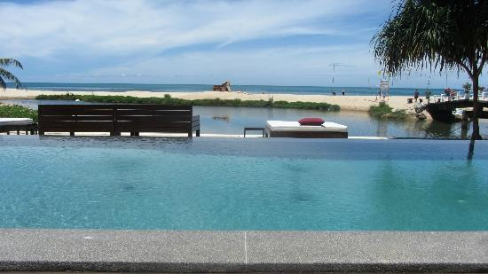 Zara Beach Resort: Pool (view of beach from pool)