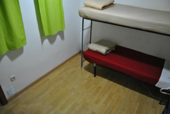 Barcelona Rooms 294: Single/twin room. Shared bathroom. Air-conditioner. Window towards internal hallway.