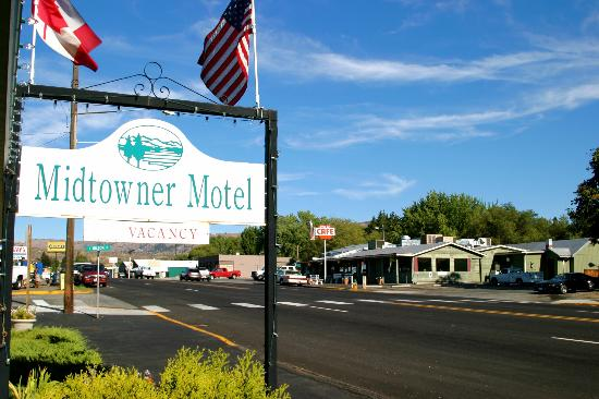 Chelan, Ουάσιγκτον: Motel located across the street from Apple Cup Cafe