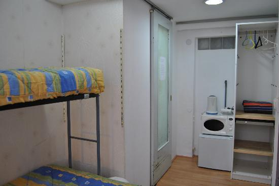 Barcelona Rooms 294: Single/twin room. Private bathroom. Air-conditioner. Access to common kitchen.