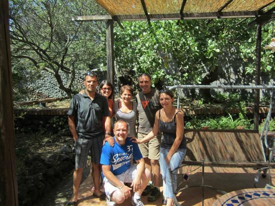 B&B Sotto il Vulcano: la terrasse avec nos hôtes