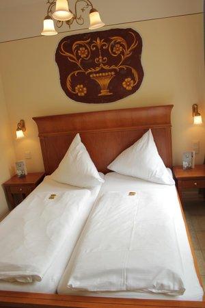 XII Apostel Albergo Hotel: Bedroom with Haribo Gummi Bears (yes really)
