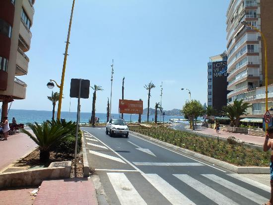 Playa de Poniente: carretera acceso playa poniente