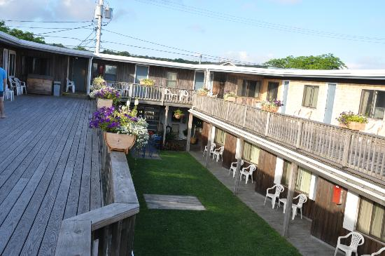 Vineyard Harbor Motel: Courtyard