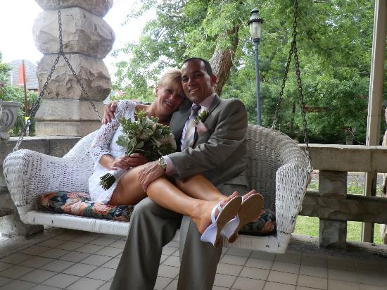Castle Marne Bed & Breakfast: Front Porch Swing