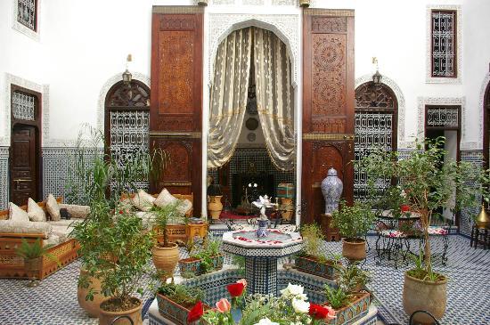 Riad Kettani: Patio, les grandes portes en bois de cèdres scuptés