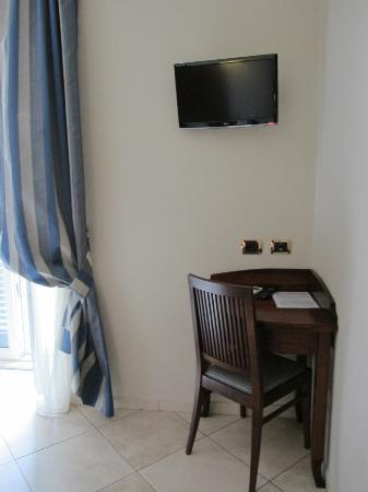 Taormina Hotel: Tv and small desk