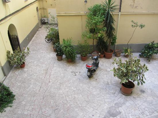 Taormina Hotel: Courtyard