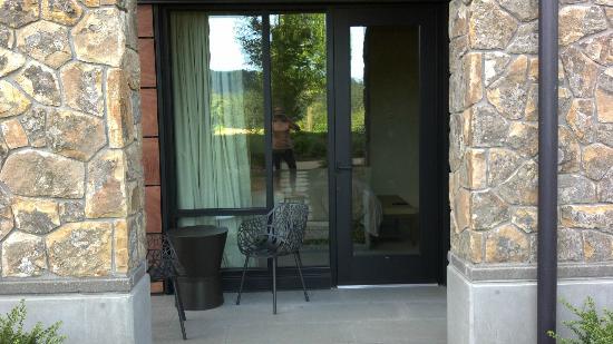 Allison Inn & Spa : Peaceful patios with modern design chairs