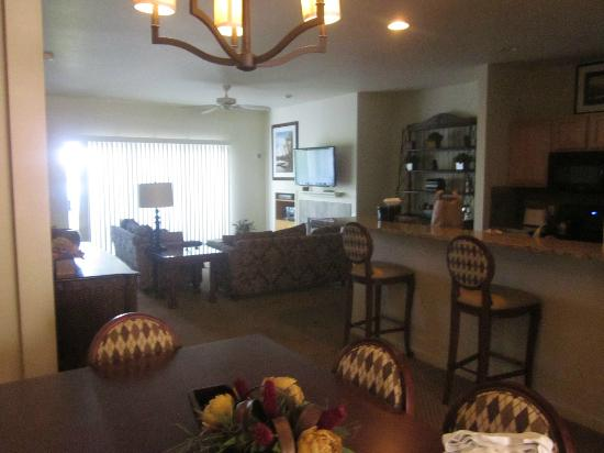 WorldMark Lake of the Ozarks: Living/kitchen in 4 BR penthouse