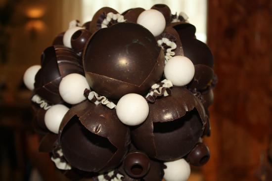 InterContinental Moscow Tverskaya Hotel: arreglo de chocolate en el bar del lobby