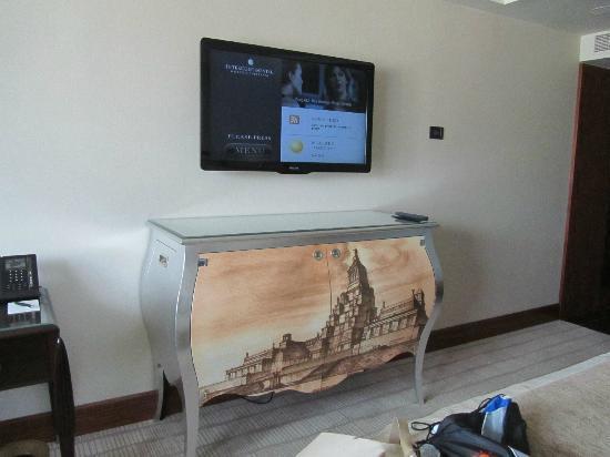 InterContinental Moscow Tverskaya Hotel: Mesa que guarda el mini bar y la cafetera