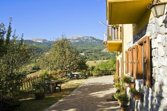 BioAgriturismo La Garavina: Blick vom Balkon auf die Berge des Pollinomassivs