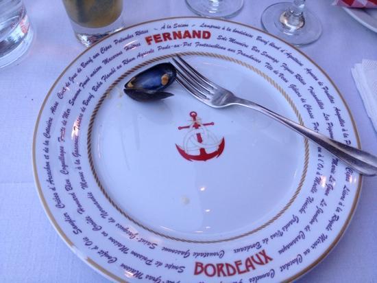 Fernand : Une assiette.