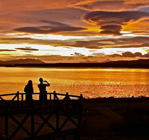 Weskar Patagonian Lodge: Sunset of the lodge