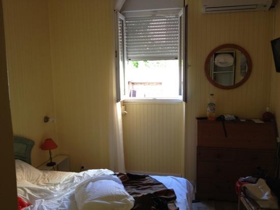 Hotel Parisien : chambre avec vue chez le voisin