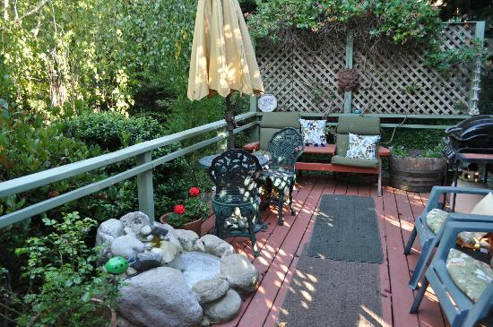 Her Castle Homestay Bed and Breakfast Inn: shared deck