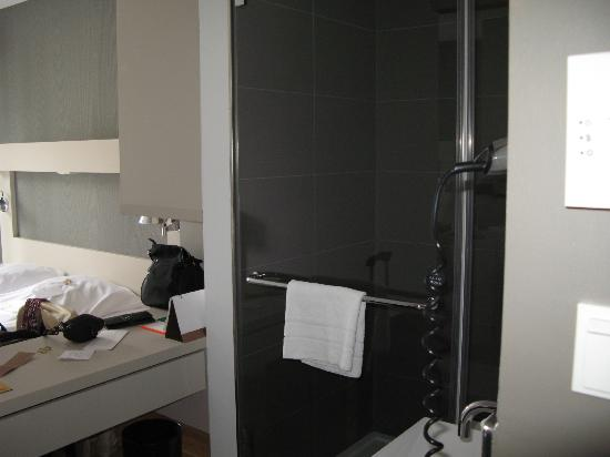 Hotel AMANO: shower in room
