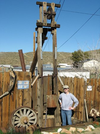 Randsburg, Califórnia: Cool mining junk on the other side of the street.