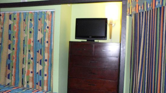 The Strand A Boutique Resort: tv in bedroom
