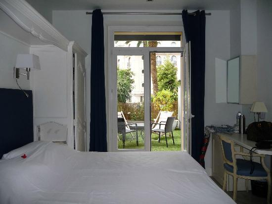 Hotel de Provence: Vue de la terrasse prise depuis la chambre