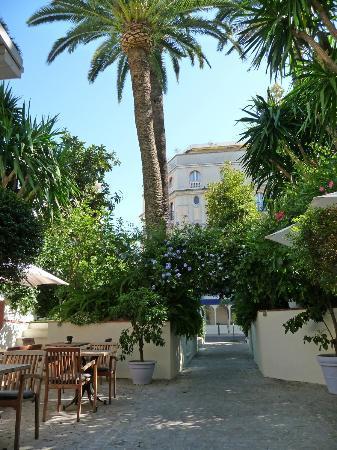 Hotel de Provence: Vue prise depuis le jardin vers sortie