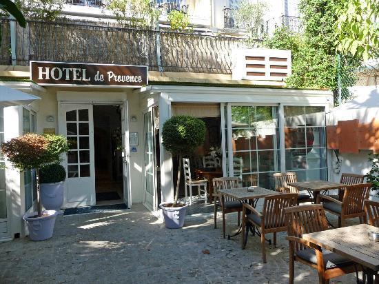 Hotel de Provence: Jardin où sont servis les petits déjeuners
