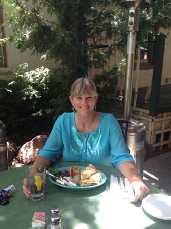 Cyprus Cafe : enjoying lunch on the patio