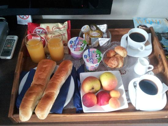 Hotel Villa Kalemegdan: The breakfast tray, all quite nice. But there is no proper place to eat.