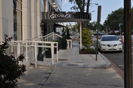 The George, a Kimpton Hotel: Entrance to hotel