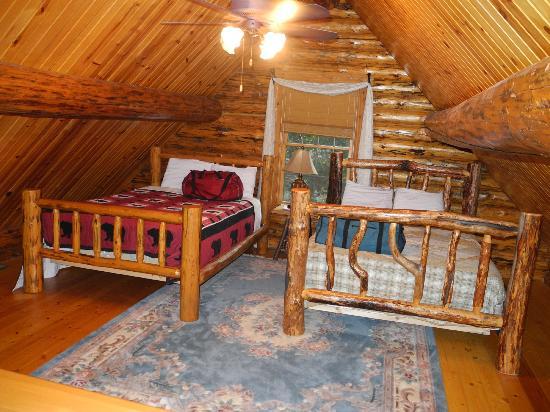 Roscoe Hillside Cabins: Loft area