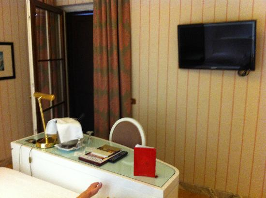 Hotel Albani Firenze: nice tv 