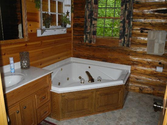 Roscoe Hillside Cabins: Master bath