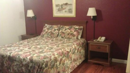 Sea Air Inn Morro Bay: Comfortable bed, only two pillows