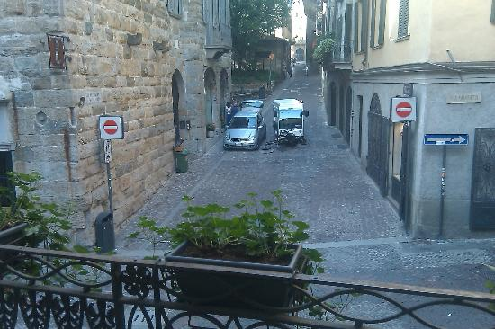 Bed & Breakfast la Torre Bergamo: Tiny street sweeper is cleaning the cobble stone streets