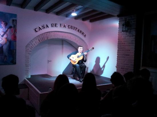 Casa de la Guitarra: Solo guitarra Jose Luis Postigo.