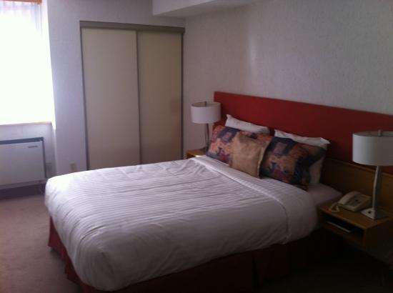 Cartier Place Suite Hotel : room