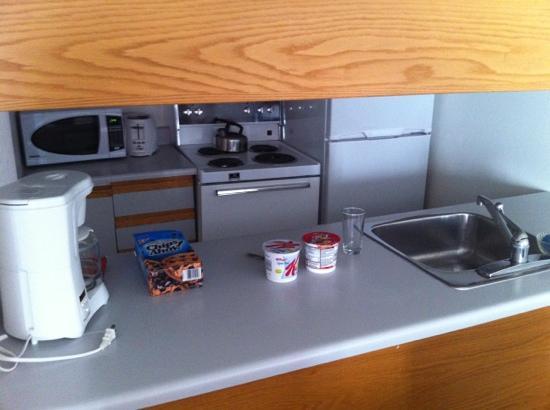 Cartier Place Suite Hotel : kitchen