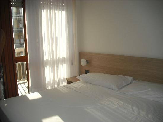 هوتل سكاكيابينسيري: cama de la habitacion