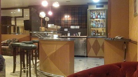 Bourbon Dom Ricardo Aeroporto Curitiba Business Hotel: Bar Area in far corner of 2nd floor eating level