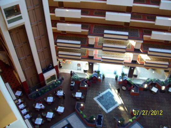 Hilton Chicago Oak Brook Suites : Atrium looking down from 10th floor
