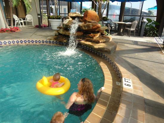 Sun Viking Lodge: Indoor pool with water fall
